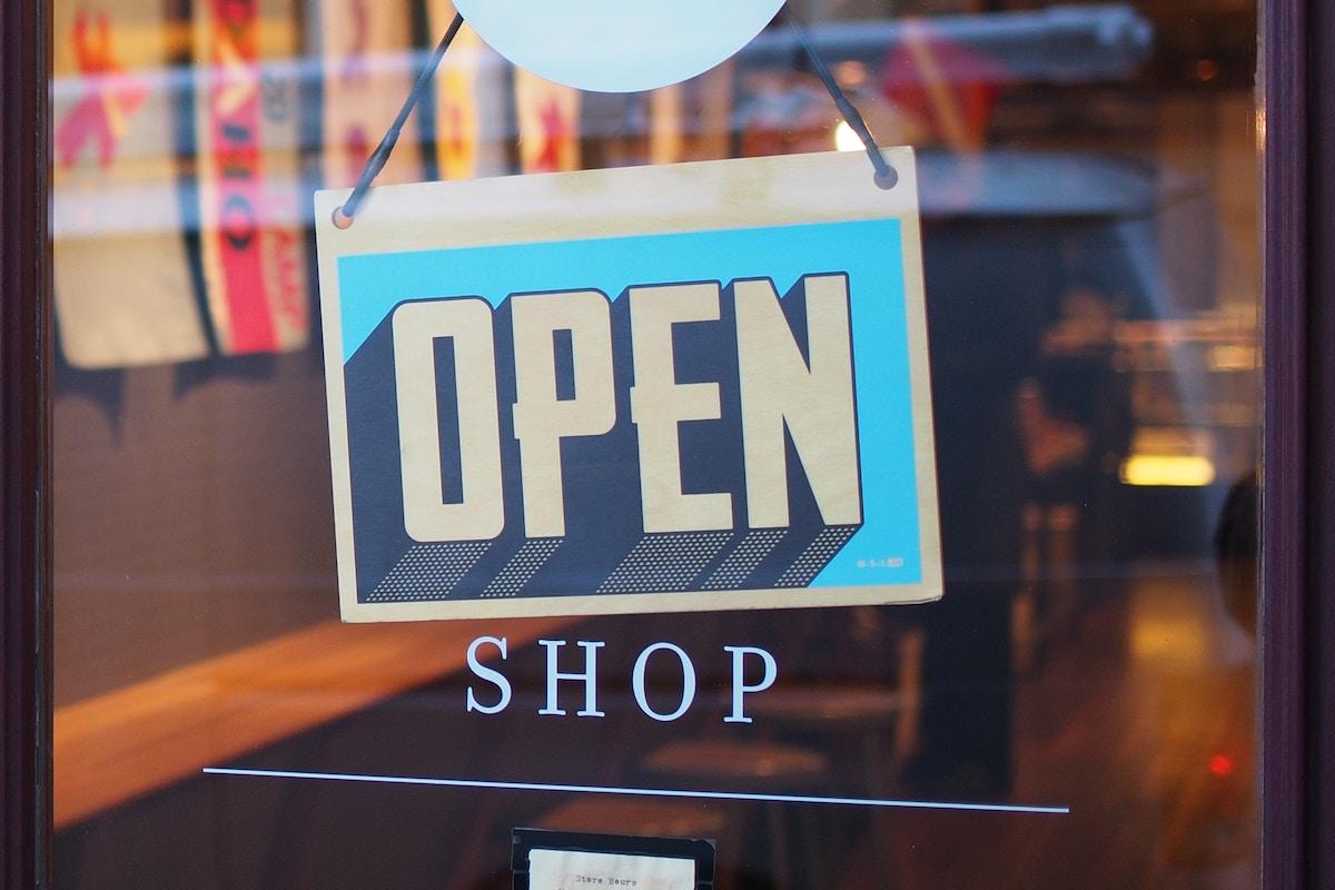 Photo d'une devanture de magasin ouvert